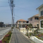 14130614 - 右手がカフェ。この通りの先が幸田駅です。