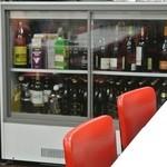 味坊 - この冷蔵庫のビオワインは全て2500円。セルフで抜栓します。