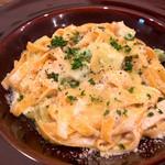 """ヒュース - こちらは「サーモンとアボカドのクリームソース」。こちらは""""カロータ・フェットチーネ""""という人参が練り込んである麺。"""