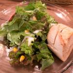 ヒュース - 「B-Set」(1,280円)のサラダ。パンが添えられています。