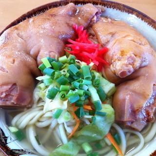 丸吉食堂 - 料理写真:700円『てびちそば(アイスキャンディ付)』