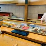 141344812 - ☆店内の冷蔵ショーケースには新鮮なネタがずらり。                       大将がとても親切で、魚やネタの事を質問すると丁寧に答えてくれる。