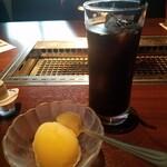 141351168 - デザートのシャーベットとアイスコーヒー