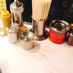 博多天神 - 卓上には辛子高菜、紅生姜、ゴマ!