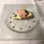 プルミエ - デザートのレアチーズケーキ。上に乗っているのは苺のシャーベットと洋梨です。