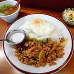 14138216 - 【ランチ】パッカパオラーカオ(¥900)。鶏肉のバジル炒めライス。鶏挽肉がたっぷり