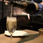 141382524 - スパークリングワインで乾杯