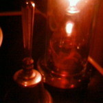 ヴァンパイア カフェ - スタッフを呼ぶベルとテーブルランプ。かなり暗いです。