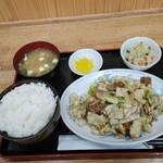 中華飯店 ごくう - 本汁のサービス品回鍋肉定食ご飯大盛り