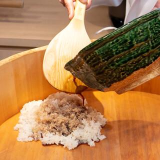 上質なネタを引き立てるこだわりの赤酢の固シャリが自慢です。