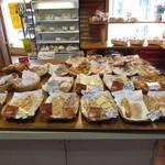 シモン - たくさんの種類のパンが焼かれています。