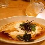 よしはら - ≪2012年8月≫山芋そうめん。いつもオーダーしてる。。。細く細く切った山芋はシャキシャキした食感。それを、素麺みたいにツルツルって頂きます。お出汁も美味しいのです。温玉と海苔と山葵とお葱を添えて。