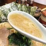 元喜家 - まずはスープを一口。 おぉーなかなか濃厚です。豚骨醤油のこってり感が出ていて美味しい。