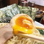 元喜家 - 味玉子は半熟トロトロ♪ 濃厚スープに浸してから食べると美味しいですね〜