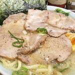 元喜家 - 別皿で提供されるチャーシューは「そのまま食べても美味」と書いてありましたが、冷めるとイヤなので丼に入れちゃいましょう。