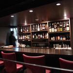 慶's Dining - レストランのような広いテーブル席とカウンター席があります。女子率高し。