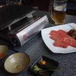 前沢牛オガタ 味心 - 肉は石の板の上で焼きます!焼きすぎ注意!肉が来る前にビールがなくなりそう。