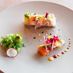 141461018 - 寒鰤と黒鯛のカルパッチョ、 帆立と菊芋のムース、 スモークサーモン、 コンソメジュレシート