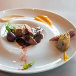 SUD restaurant - フランス産の鴨胸肉のロースト、 シフォンケーキ、 赤ワインとブドウのソース、 ラプサンスーチョンのピューレ、 赤ワインとカボチャのピューレ