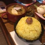 TAKEUCHI - サフランライス、アレに似ている…?味噌汁は具材たっぷり♪