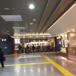 長田本庄軒 - 東改札側のコンコース 正面奥にお店が見えます