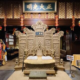 フロントの皇帝の龍座で記念撮影もできます♪