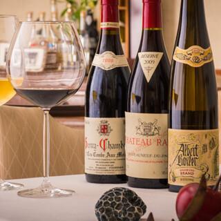 世界各国から200種以上。お料理と多彩なワインのマリアージュ