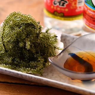 プチプチ食感の「海ぶどう」や「ゴーヤーチャンプルー」も人気