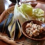 しゃぶしゃぶ 温野菜 - 秘伝肉味噌のかぶりつき旬野菜(294円也)。なすを生でこうして食べるの初体験。うめ~~~♪