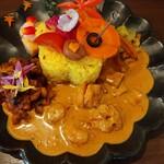 TAKEUCHI - 綺麗な彩りの二重奏カレー1000円は目で楽しみ、旨み満載のシーフードカレーを舌で楽しめます♪皿の左上に注目!!なんと赤とんぼが飛んでいます♪