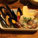 やきとんひなた - 2012.6 ムール貝とあさりの白ワイン蒸し(380円)
