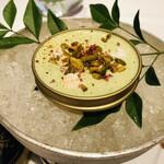 141500836 - カンパチのマリネ ピスタチオと昆布出汁のジュレ 米とピスタチオのフリット
