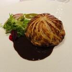 141500845 - ウズラのパイ包み焼き フォアグラ 黒トリュフ カボスのピュレ サルミソース
