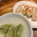 141503761 - 餃子は2種類                         ほうれん草練り込み水餃子と                         スタンダード焼き餃子