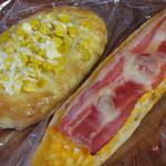 シモン - 左がは「コーンピザ」で、粉と同量のコーンが練り込まれ、右はゆで卵をといて、たっぷりと詰めた「タマゴベーコン」です。