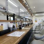 機械の神様が作った餃子研究所 ちゃぶちゃぶ - 店内はカウンター席のみ