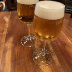 MOTHERS - ランチビールは300円 グラスは小さいけど                          なかなかお得。こちらもまたプレモル。                          前日飲み過ぎた私はそのあとピーチフレイバーティー                          奥様はランチのスパークリングワインを注文
