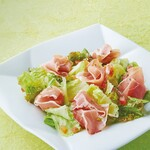 村さ来 - 生ハムと野菜のサラダ