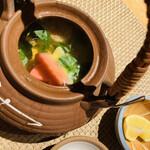 魚菜 基 - 鴨と松茸の土瓶蒸し。松茸の香りが強烈に存在感を主張してきます!すだち付。