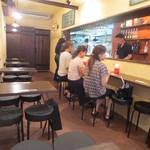 ワイン&タパス PEQUE - 店内はカウンターとテーブル席(4名×5席,)