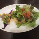 ワイン&タパス PEQUE - レギュラーステーキセットの前菜(小鯵のマリネ、サラダ)