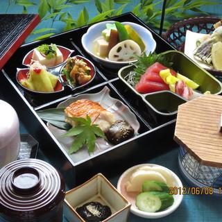 季節を盛り込みました橙や和膳2.000円(平日限定)