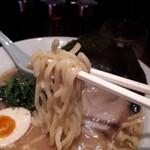 麺侍 誠 - 麺は結構太め