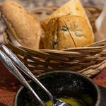 樹癒え - レモンの香りのオリーブオイル、オリーブパン、胡桃パン、フランスパン