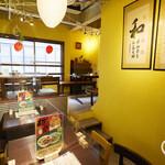 西門食房・小籠包・粥 - 台湾小物に彩られた、落ち着いた雰囲気の店内