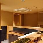 Sushihayashi - すっきりした店内はカウンター席、隣の席とはアクリル板で仕切られています