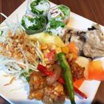 バインセオ サイゴン - サイドメニューはブッフェで。どれも丁寧な美味しさ。特に右上の煮こごりハムは秀逸でした。