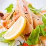 赤おに家 - 料理写真:モッツァレラチーズと海老のイタリアン春巻き