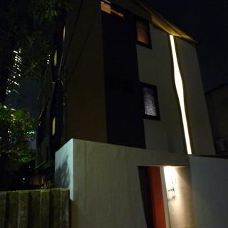ミッドタウンの裏側にある、閑静な住宅街にひっそり佇む隠れ家です。