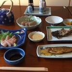 鳳城苑 - 雑炊を除いた注文の品すべて。真ん中の黄色は刺身コンニャク用の酢味噌。
